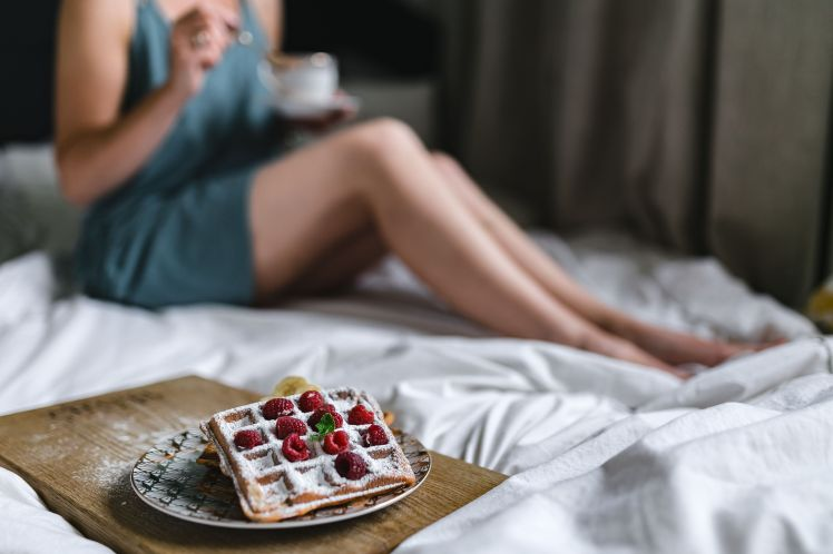 kaboompics_Beautiful young woman having breakfast in the bed